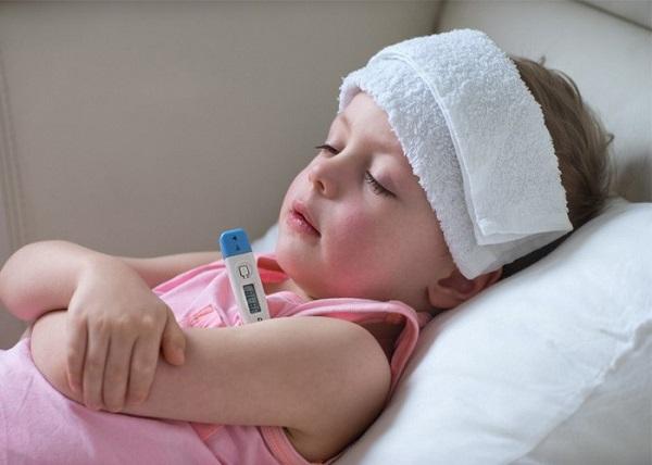 Mặc quần áo thoáng đáng - Cách hạ sốt cho trẻ sơ sinh tại nhà hiệu quả