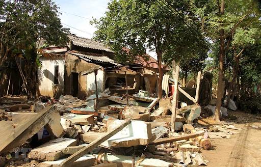 Mộng thấy nhà mình bị sập khi bão đổ bộ - Sổ mơ Thabet